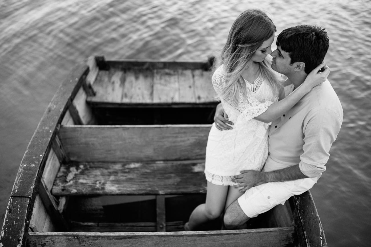 Fotos de sessão pré-casamento no barco na praia