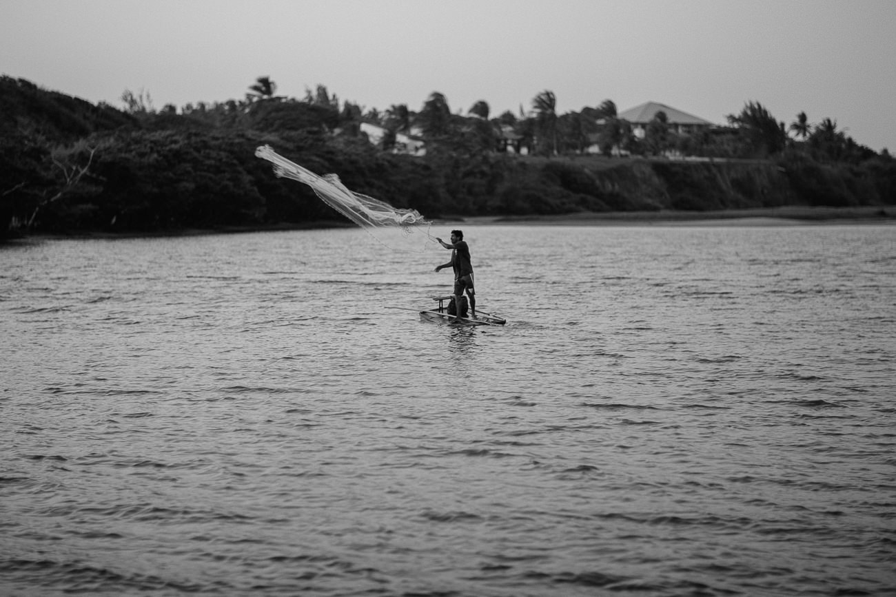Pescador Jogando a rede na Praia da Barra em Beberibe-CE