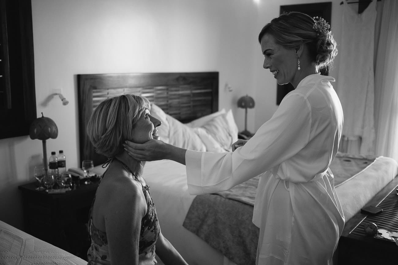 Noiva e mãe da noiva se olhando