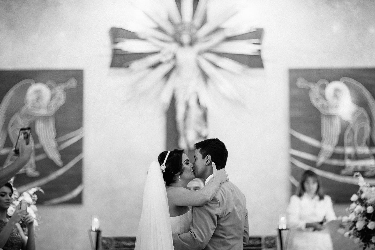 o beijo no casamento de erlon e tais na paróquia se são joão euder