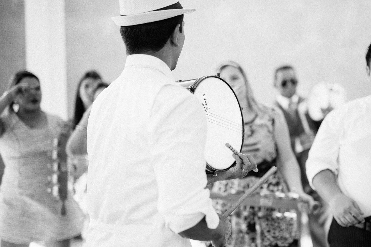 Noivo tocando caixa do bloco baqueta em casamento no Le jardin