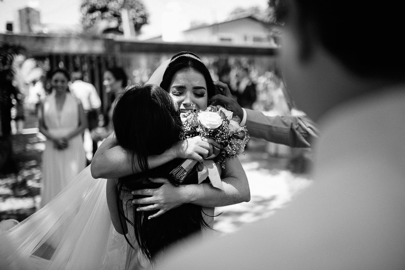 noiva se emociona ao abraçar a amiga no le jardin