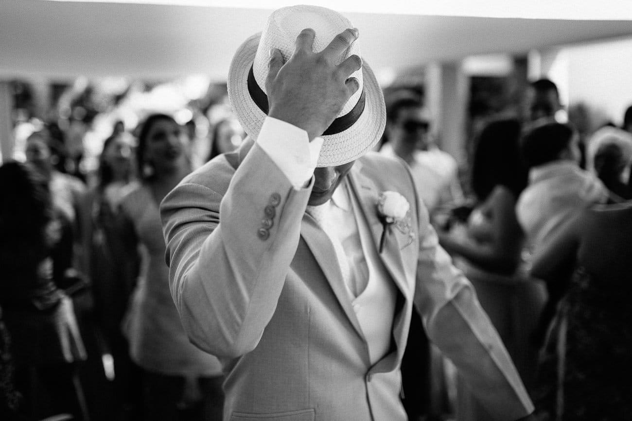 Noivo tira o chapéu