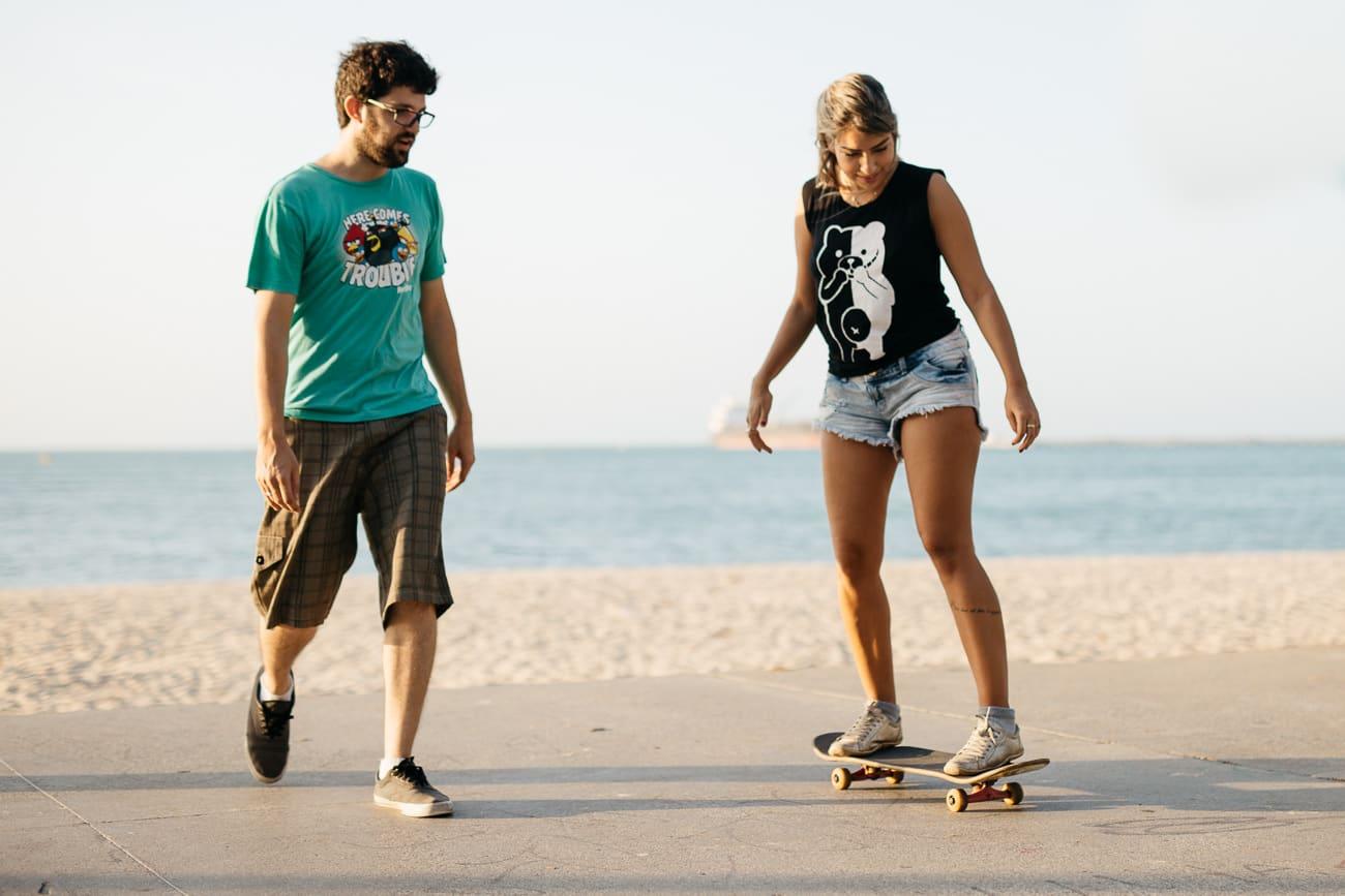 casal andando de skate