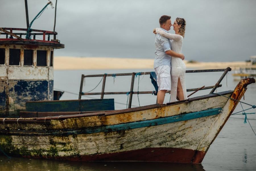 fotos de casal em barco antigo de pescadores