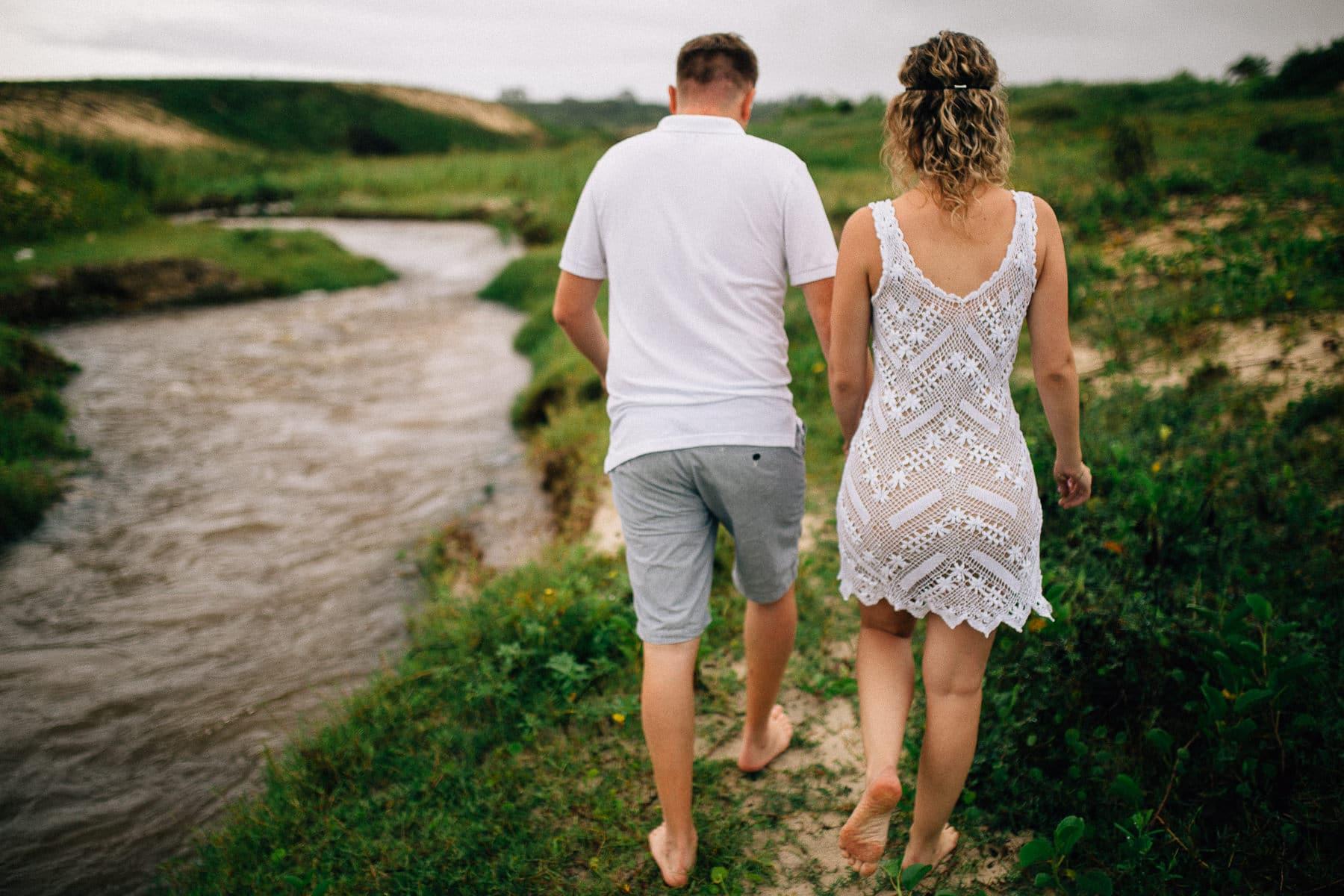 casal andando a beira de um riacho no Ceará