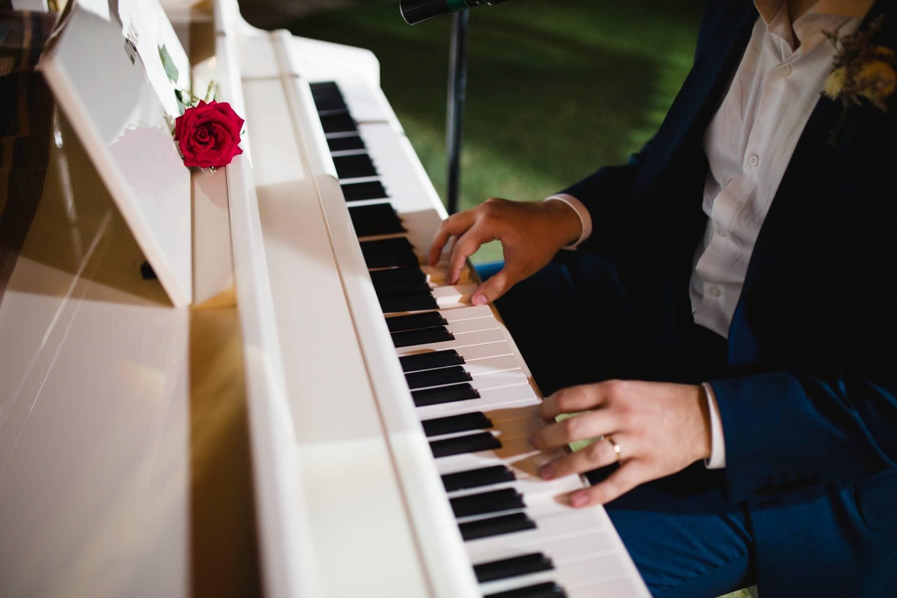 noivo tocando piano