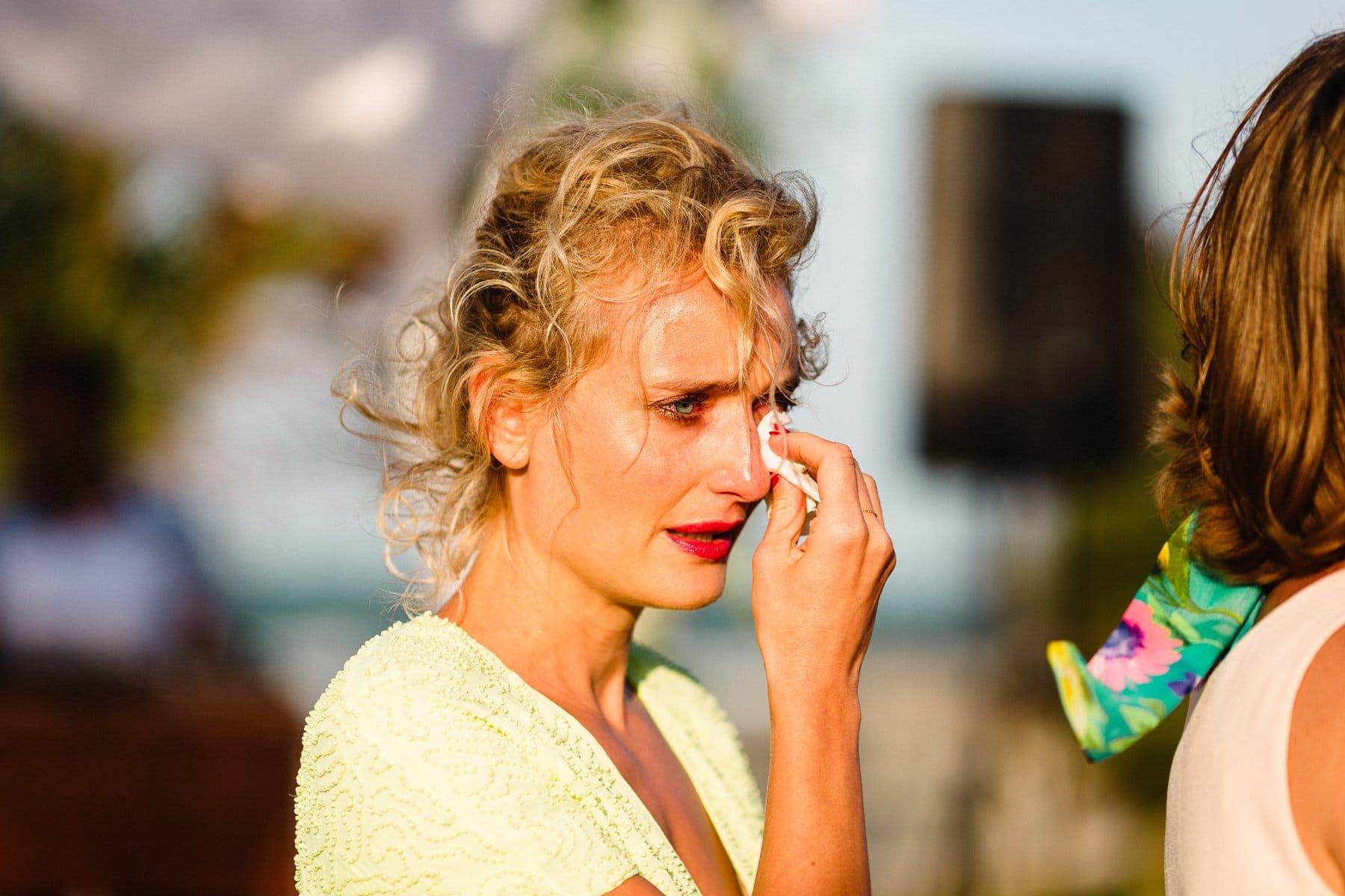 madrinha chorando no casamento