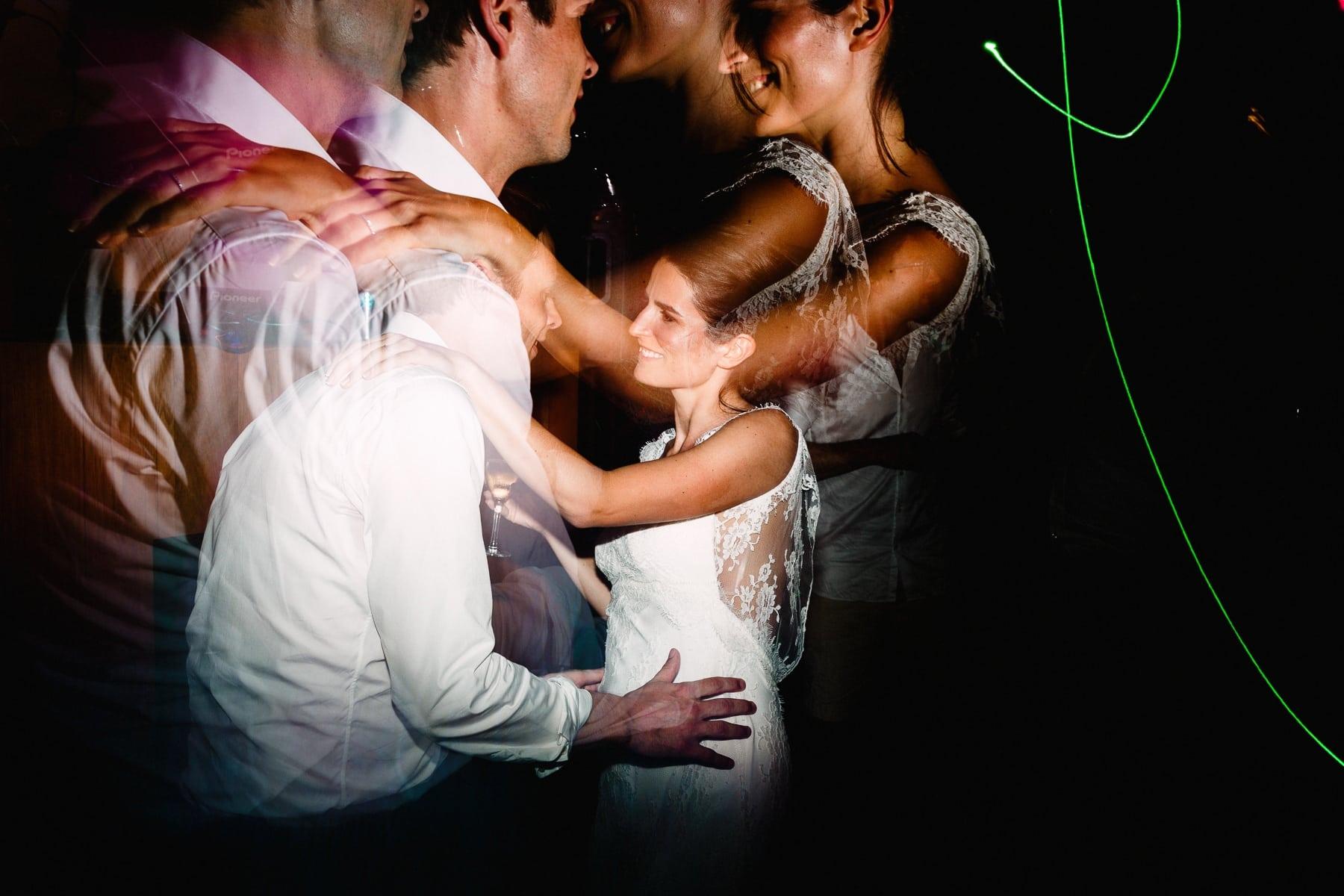 noivos animados na festa de casamento