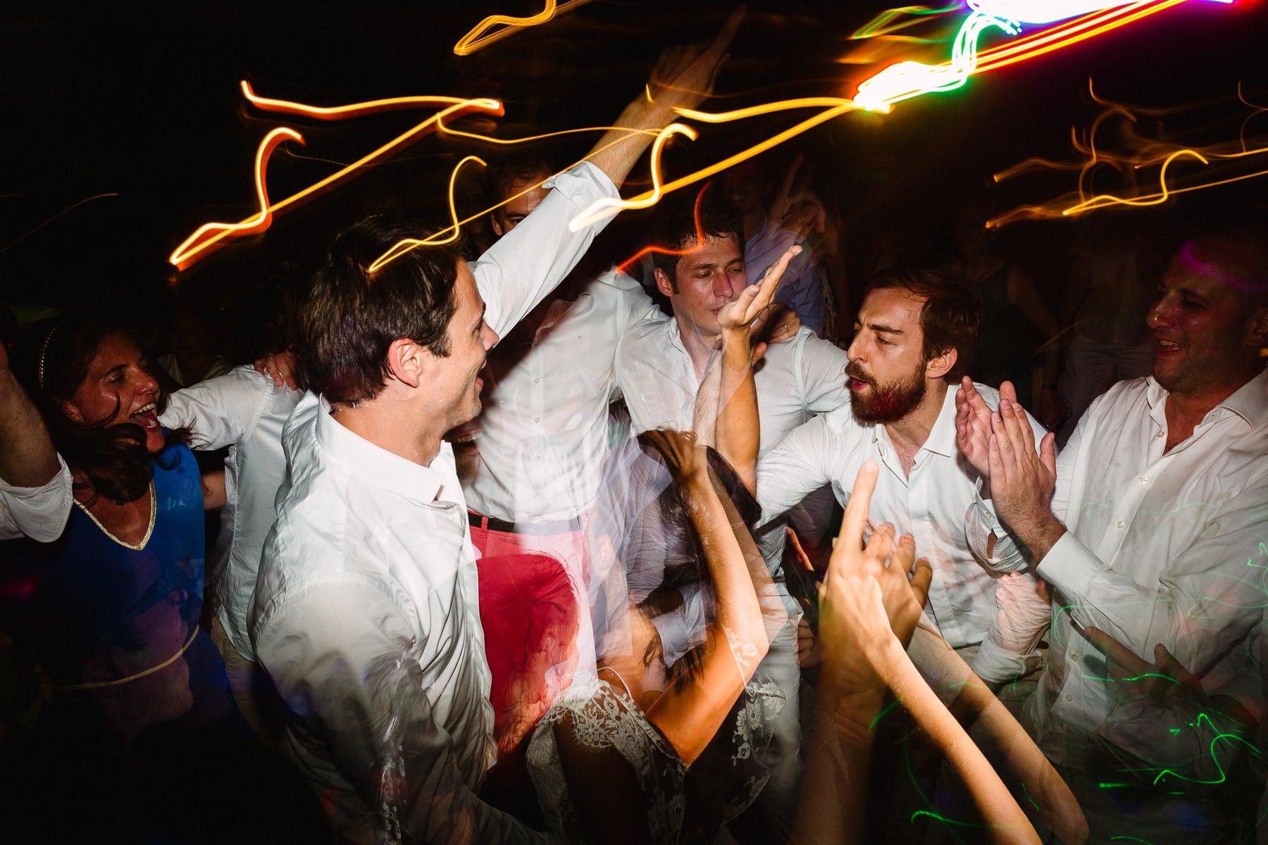 amigos celebrando com os noivos