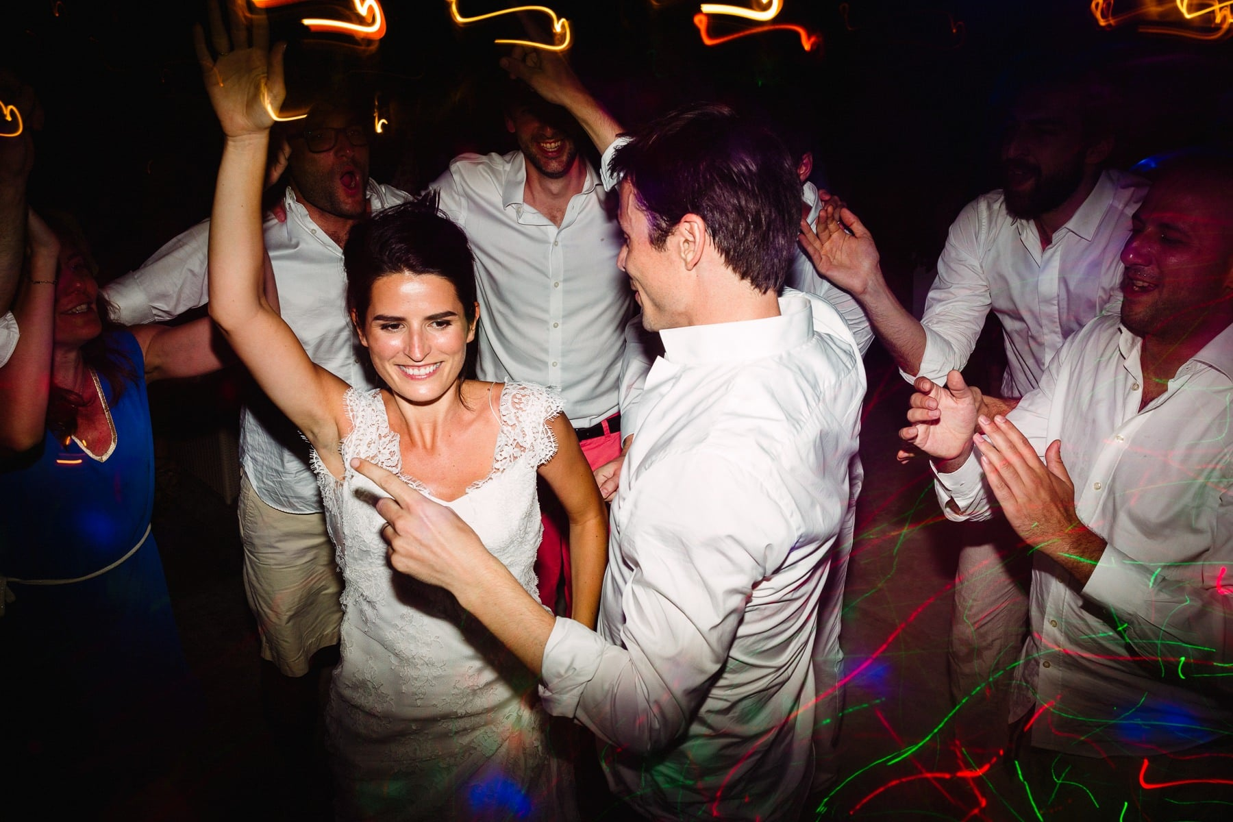 noivos pulando e dançando