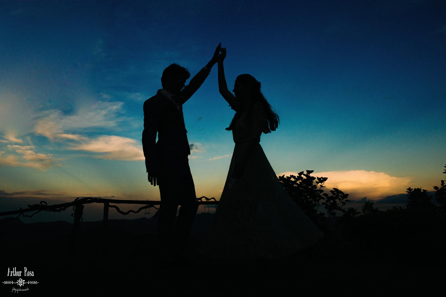 noivos dançando ao por do sol