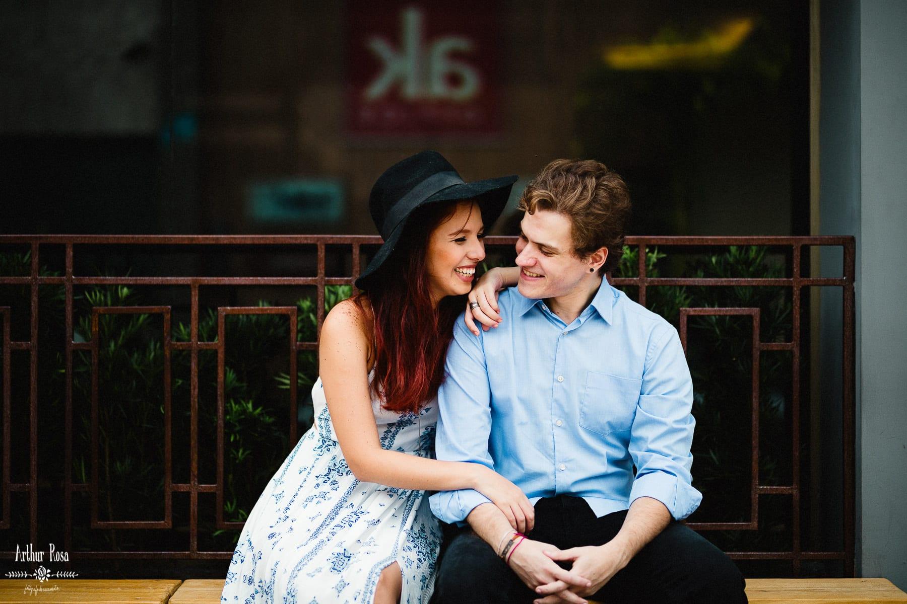 casal sorrindo em sessão de fotos