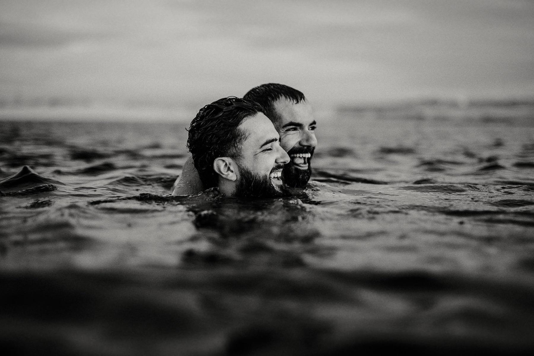 foto de casal lgbt ensaio na lagoa